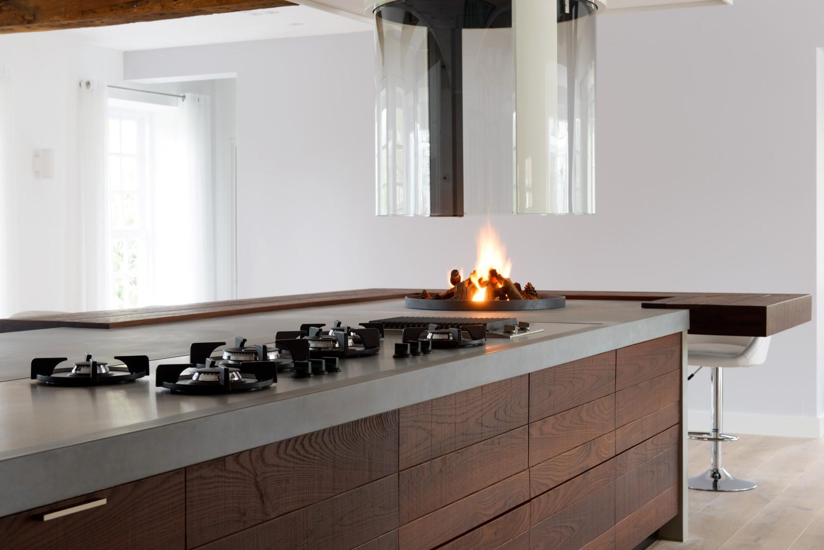 Moderne Keuken Landelijk Maken : Teawood keukeneiland met beton