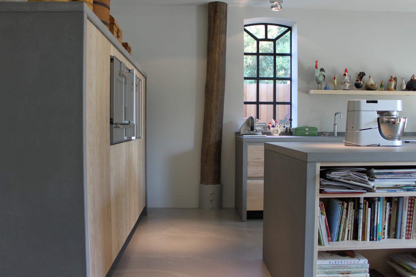 High end kitchen: Modern essenhouten keuken met beton ...